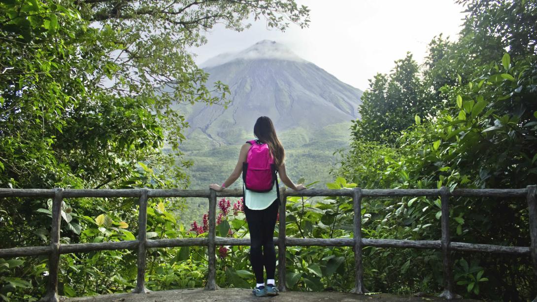 Voyageuse fait une pause au cours de son trek au volcan Arenal au Costa Rica.